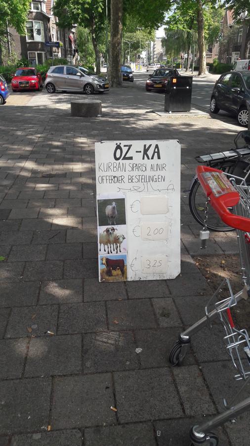 Dit bord staat bij supermarkt Öz-Ka in de Dordtse wijk Krispijn.