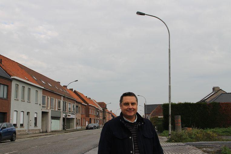 Schepen van nutsvoorzieningen Jan Rosseel (N-VA) bij enkele oudere verlichtingspalen in de Bruggestraat. Alle palen in de gemeente zullen - met hulp van Fluvius - tegen 2030 - omschakelen naar LED-verlichting.