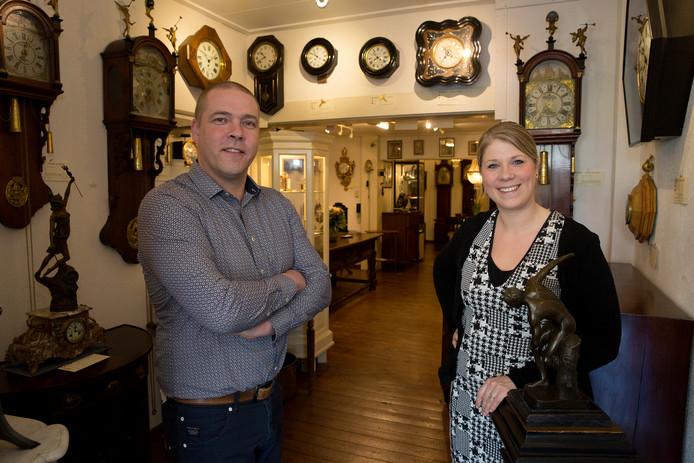 Het echtpaar Melenhorst van Melenhorst Antiek in Twello: ,,Onze spullen komen ook tot hun recht in een modern of gemengd interieur''.