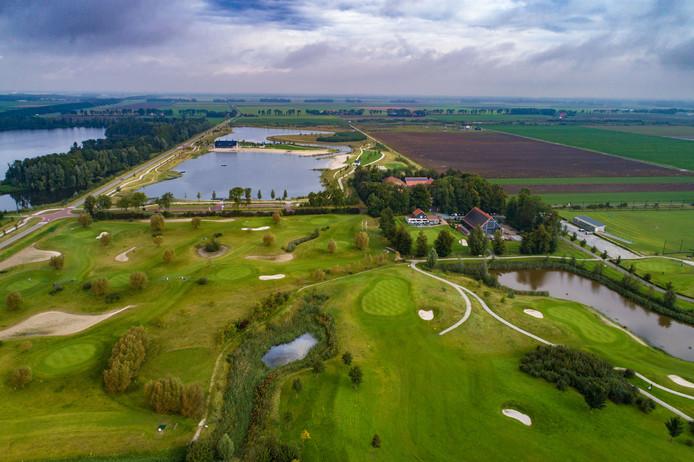 Golfclub Emmeloord aan de Casteleynsweg bij Emmeloord. Een bijdrage van maximaal 420.000 euro moet ervoor zorgen dat de baan bespeelbaar blijft. Foto Freddy Schinkel, IJsselmuiden © 180917