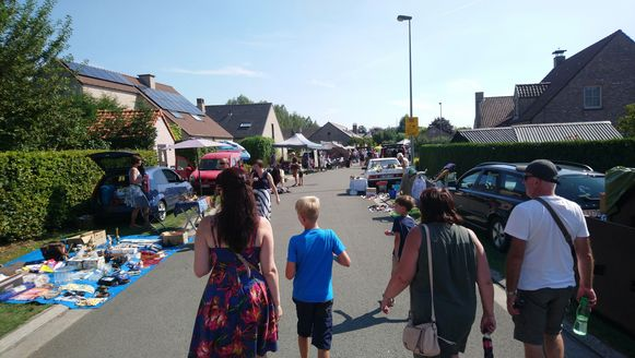 In de straten rond het feestterrein is er de traditionele, grote rommelmarkt.