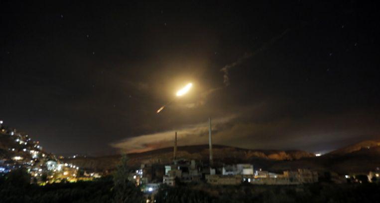 Syrische afweerraketten boven Damascus als reactie op het luchtoffensief van Israël. Beeld null