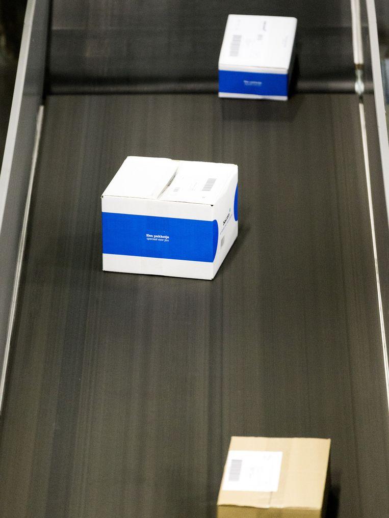 De weg van een pakketje vanaf het magazijn van Bol.com in Waalwijk via een sorteercentrum van PostNL naar de klant, in onderstaande foto's. Beeld null