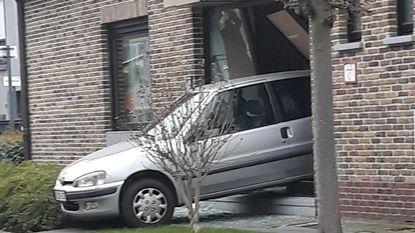 Overbuur (81) boort wagen achterwaarts door inkomhal