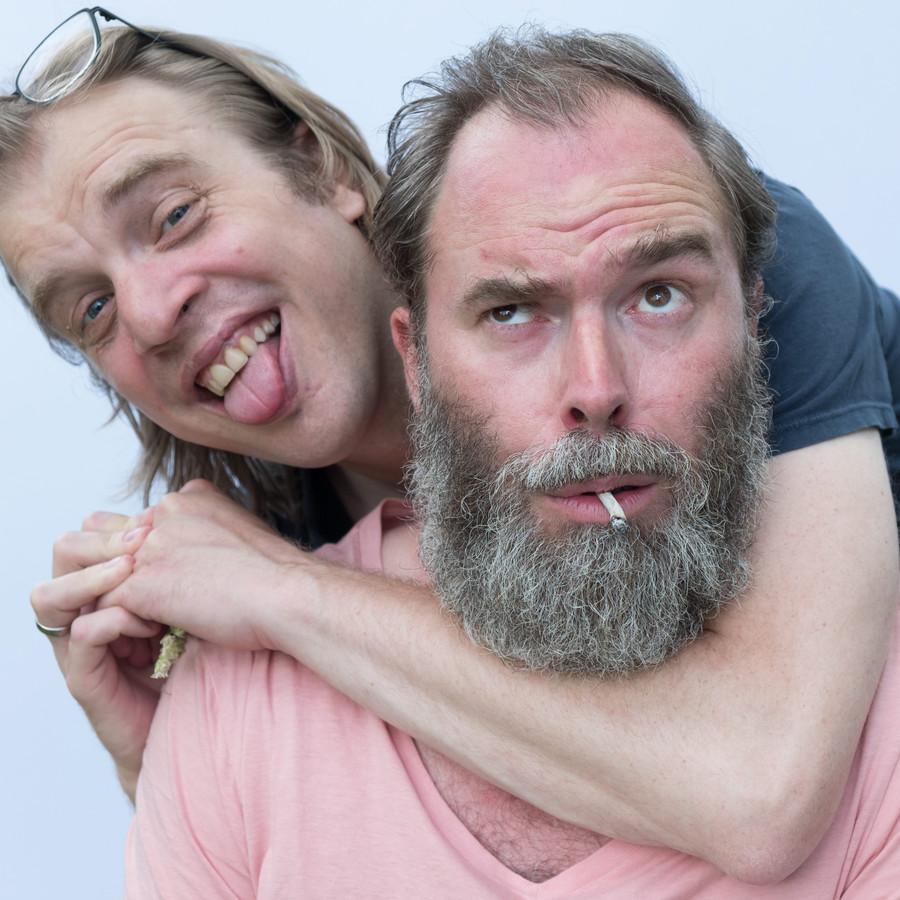 Tomas De Soete en Jan Jaap van der Wal (l.), twee hoofdrolspelers in de serie 'Fiskepark'.