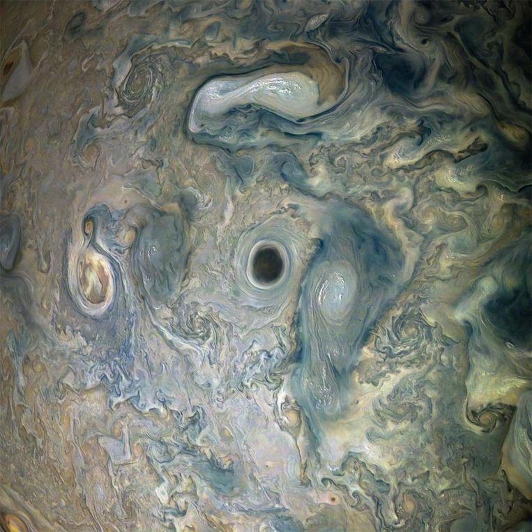 Een donkere wolkenwervel in de dampkring van Jupiter. Beeld Juno/beeldbewerking: Gerald Eichstädt en Seán Doran