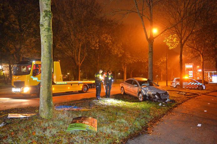 Forse schade aan de personenauto nadat de bestuurder afgelopen nacht met de auto frontaal tegen een boom op de Laan van de Maten, botste.