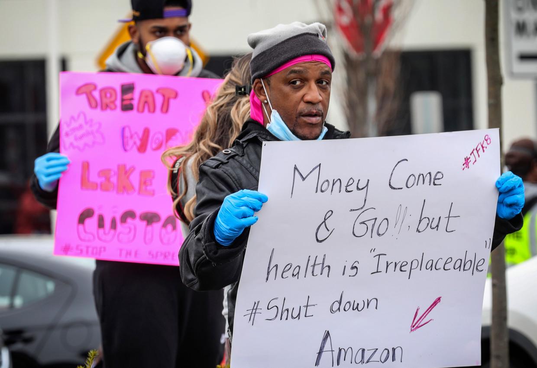 Medewerkers van Amazon protesteren bij het distributiecentrum op Staten Island, New York. Beeld AP