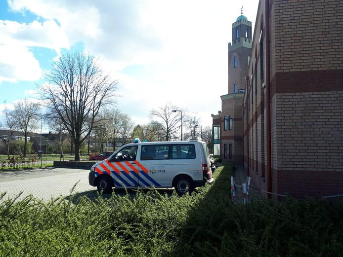 Politiebewaking bij de Marokkaanse moskee in Roosendaal.