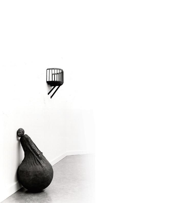 Het beeld  'Listening Figure' uit 1991 van Juan Muñoz. Dit brons van de Spaanse kunstenaar maakt onderdeel uit van de van het Van Abbe. foto Van Abbemuseum/Peter Cox