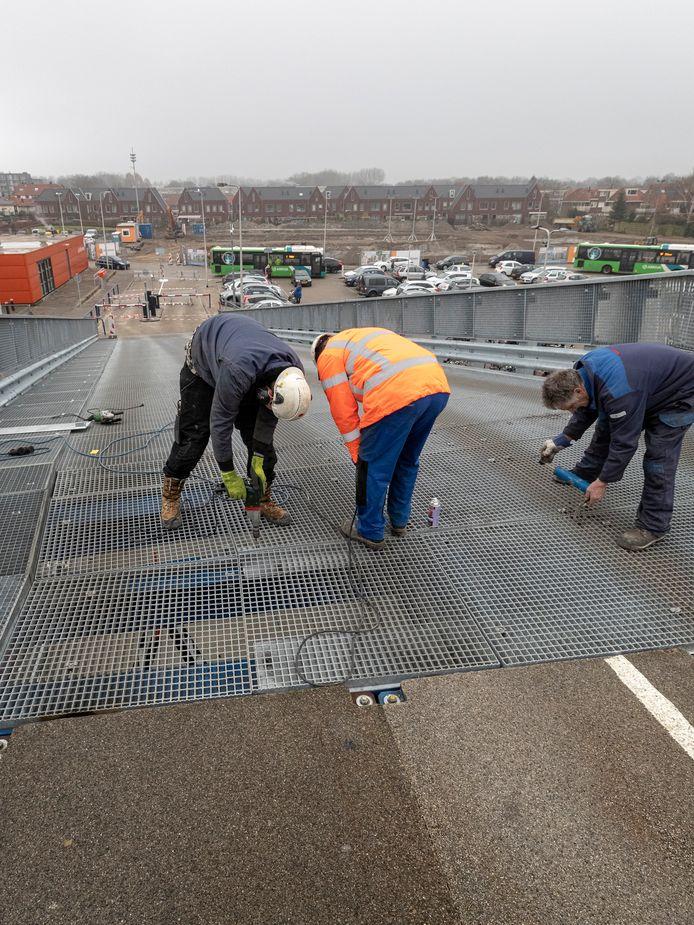 Werk aan de oprijbrug naar het parkeerdek van winkelcentrum De Aarhof.