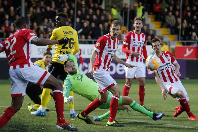 Denzel Dumfries redt PSV met een geweldige reflex op de doellijn.