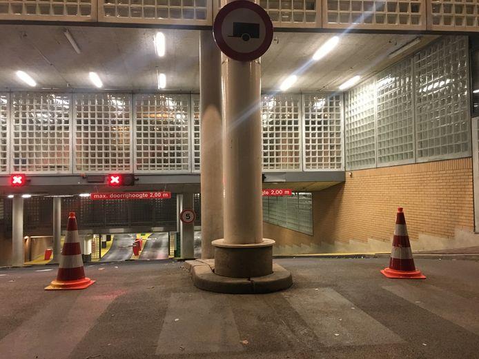 De parkeergarage onder het stadhuis Apeldoorn was gisteravond afgesloten vanwege ontruiming.