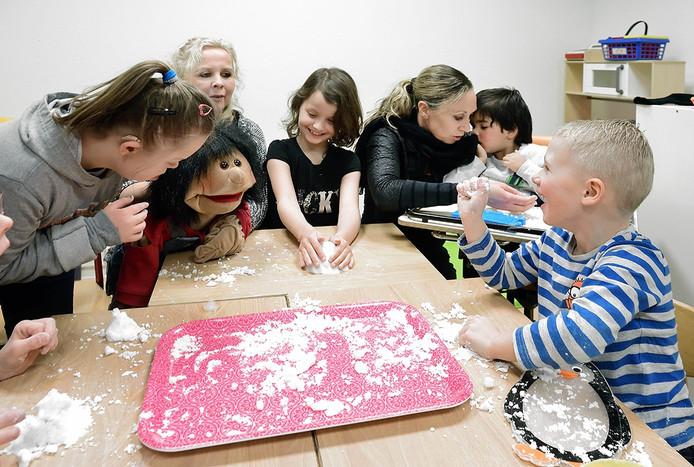 Kinderen met en zonder beperking op de kroevendonkschool in roosendaal.vlnr meike-marjanka de vries-amber-albertina rijborz-leander en fabian. foto peter van trijen