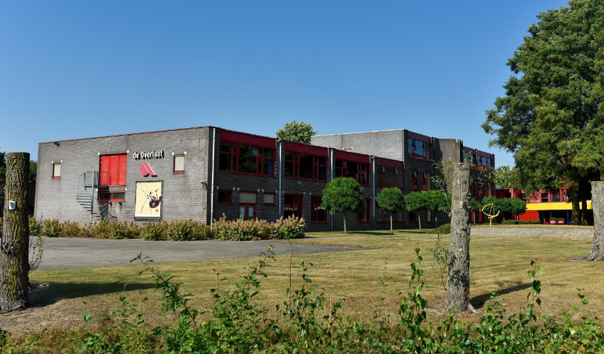 Het dertig jaar oude schoolgebouw van De Overlaat in Waalwijk wacht een fikse renovatie.