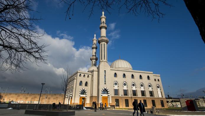 De moslimgemeenschap probeert de macht over de Essalam moskee te behouden.