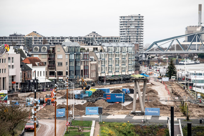 De reconstructie van de Waalkade is in volle gang.