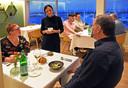 Gastvrouw Quinty van restaurants Spetters in Breskens geeft uitleg bij het gerecht.