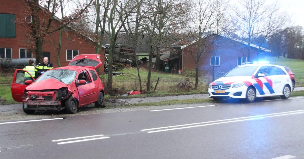 Gewonde bij ongeluk in Markelo: auto vliegt uit de bocht en botst tegen twee bomen.