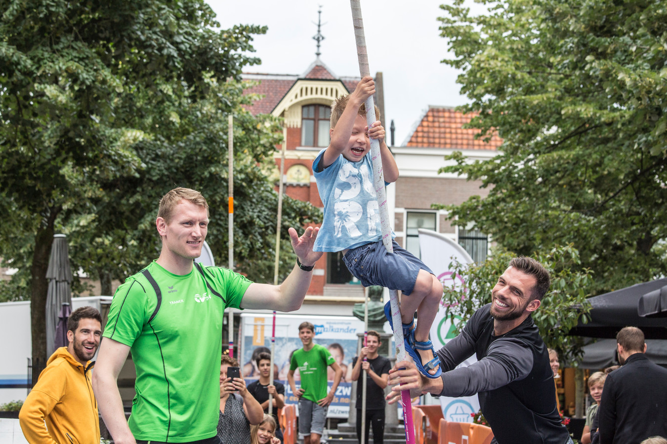 Jongeren hebben veel plezier bij de vorige editie van de Urban Pole Vault Meeting in Apeldoorn.