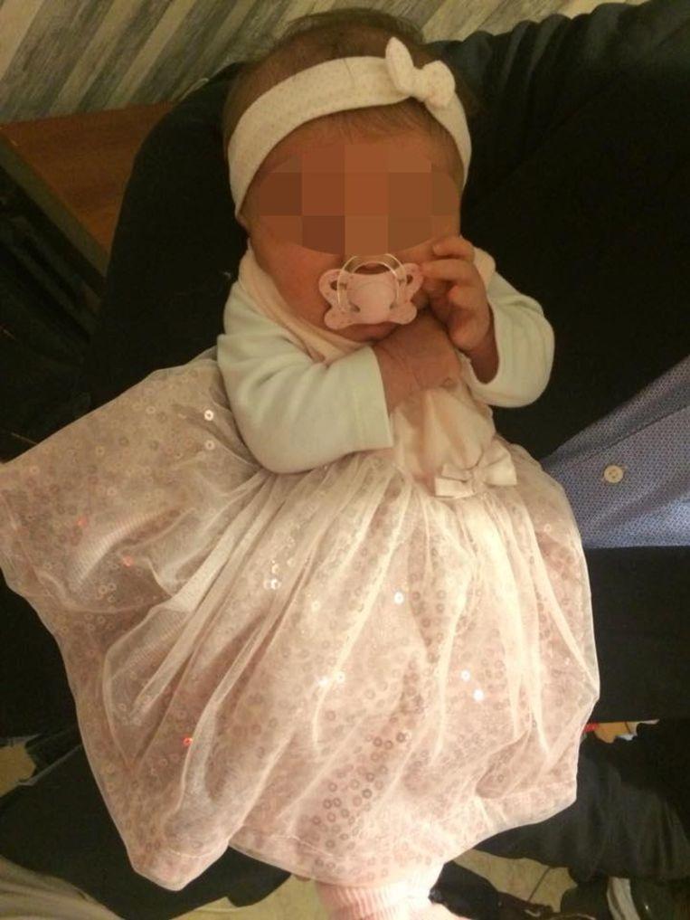 Baby R., zes weken oud, werd met inwendige letsels naar het ziekenhuis gebracht.
