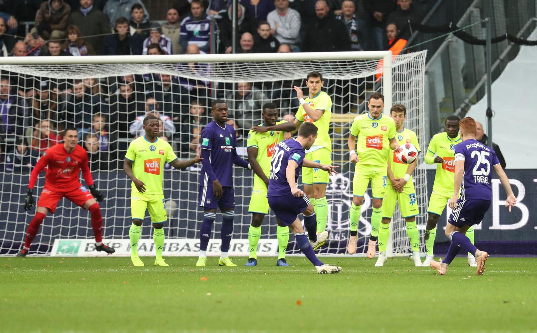 DIT MAG NIET MEER | In de muur staan als speler van de aanvallende ploeg, zoals Dimata tegen AA Gent.