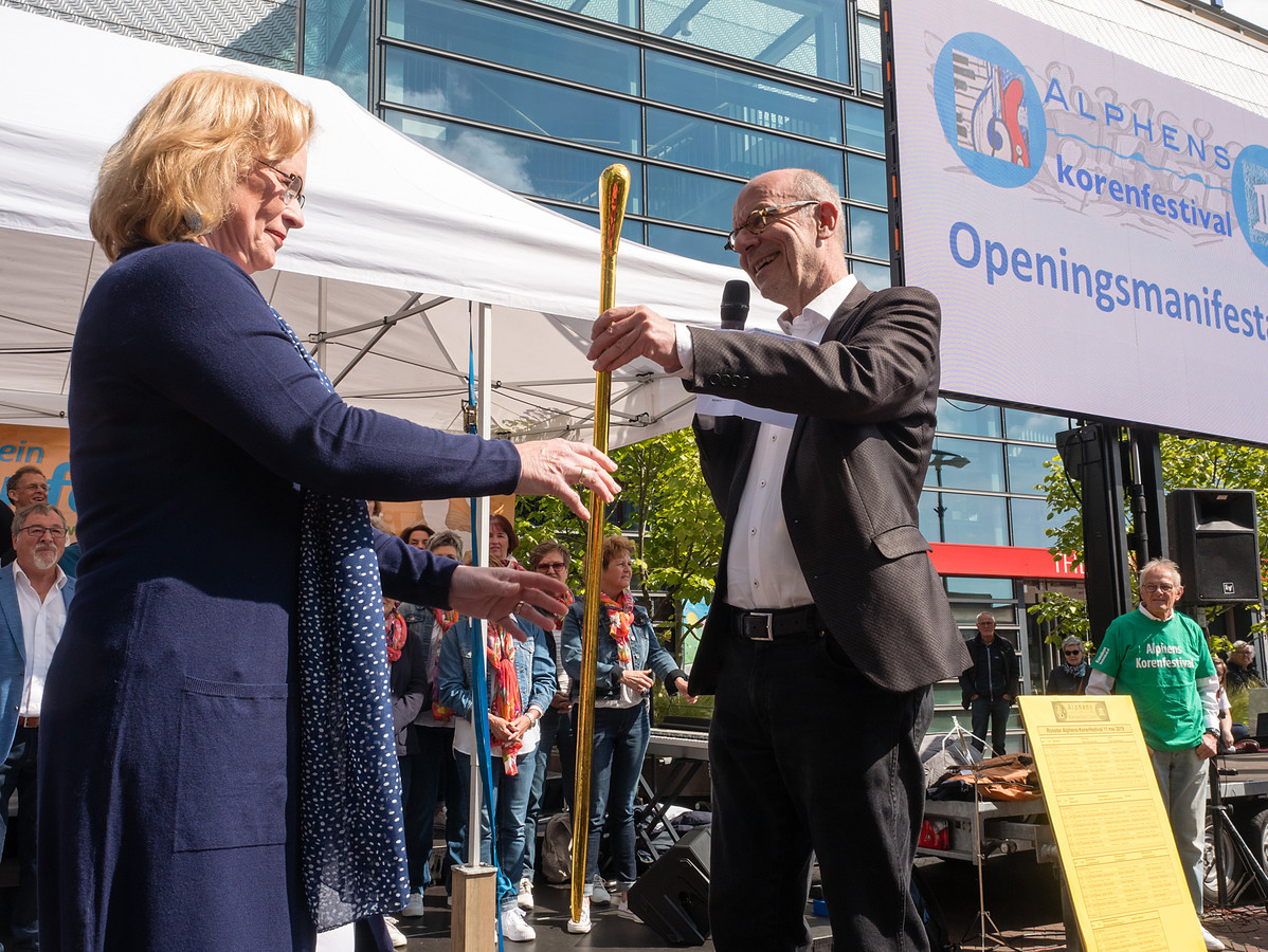 Cultuurwethouder Leo Maat bij de opening van de Alphense Korendag op het Rijnplein, eerder deze maand.