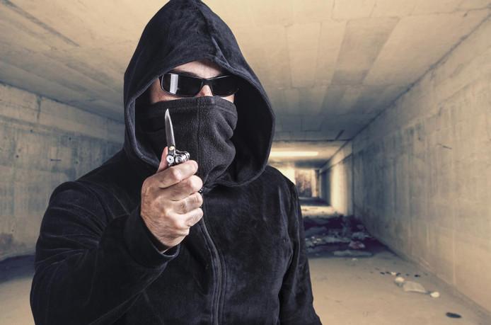 16-jarige jongen bedreigd met mes en daarna beroofd onder Tholensebrug.