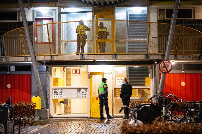 De politie doet onderzoek bij de flat in Zwolle.