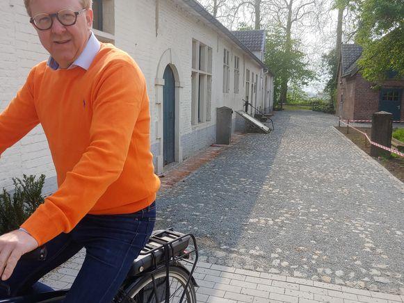 Schepen Filip Huysman op de nieuwe kasseiweg.