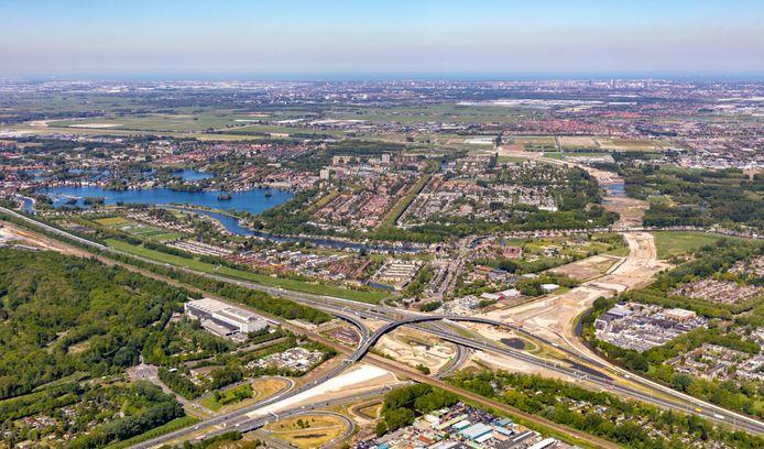 De nieuwe rijksweg A16 Rotterdam in aanleg trekt een streep door de Noordrand, langs Ommoord (rechts) en Hillegersberg en Schiebroek (boven).