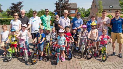 Sportdienst leert jonge kinderen fietsen