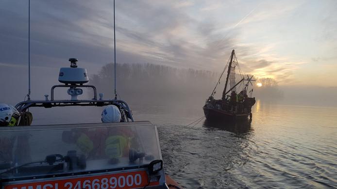 KNRM Elburg trok zondagmiddag een vastgelopen zeilschip vlot.
