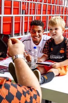 PSV-supporters slaan hun slag bij de PSV-fandag en krijgen krabbels, foto's en knuffels
