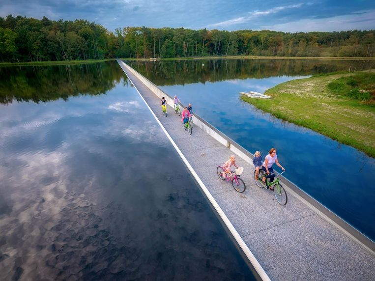 null Beeld Cycling Through Water