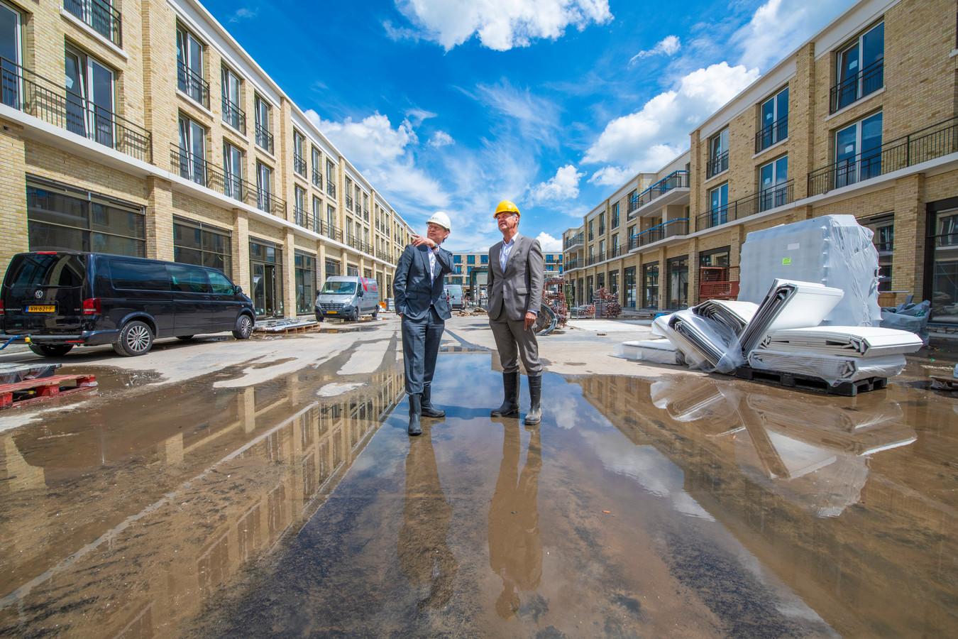 Bert van de Hee en Peter Scherders in het stadsdeelhart, dat richting voltooiing gaat.
