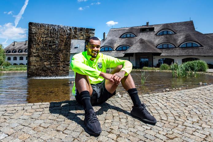 Jay-Roy Grot wil zijn voetbalcarrière bij Vitesse nieuw elan geven. In Arnhem komt hij thuis, bij zijn familie. Eenzaamheid, weet hij nu, is een ziekte.