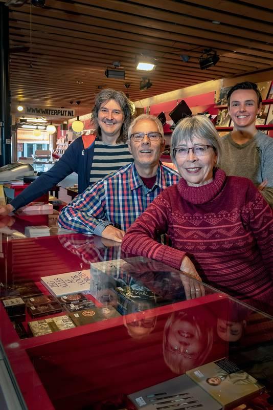 Eigenaar Gilly Verrest (links achter) met zoon Yannick en oprichter Tinus de Mooij (links voor) en diens vrouw Marion.