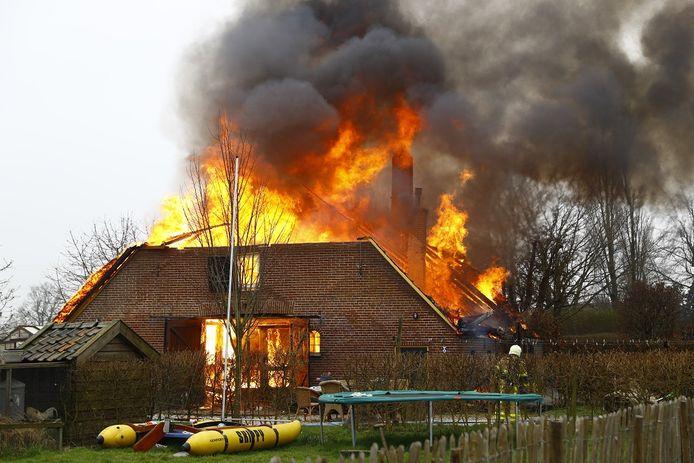Het interieur en dak van de woning stonden in lichterlaaie.