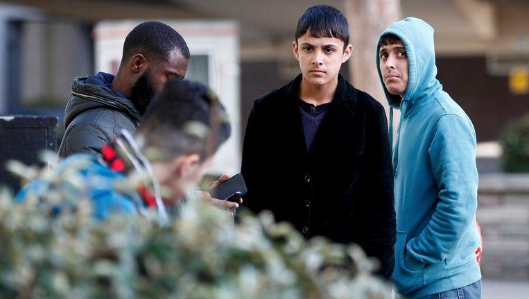 Twee kindmigranten staan buiten een asielzoekerscentrum in Londen nadat ze zijn overgekomen uit vluchtelingenkamp The Jungle in Calais. Beeld Reuters