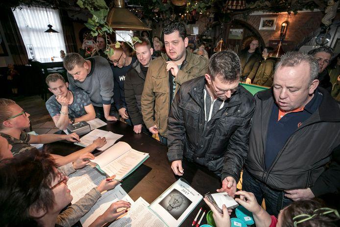 De deelnemers van de Vinkelse dorpskwis konden eerder hun kwisboek ophalen in Café D'n Driehoek en kregen uitleg over de kwis. Of het dit jaar doorgaat is nog onzeker.