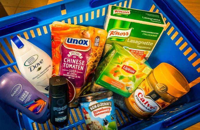 Een boodschappenmandje met producten van het was- en levensmiddelenconcern Unilever.