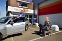 Taxibedrijf van der Laan. Directeur John van der Laan, chauffeurs Shirley de Roos werkt de website bij en Charles de Roos schildert het pand.