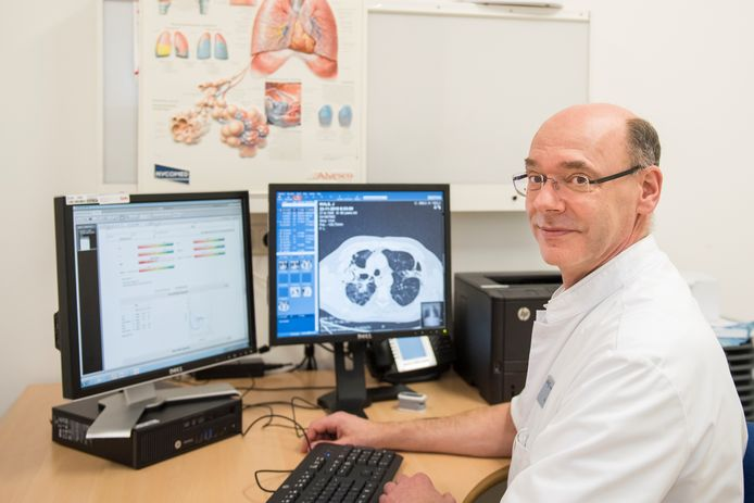 Longarts Paul Bresser van het Amsterdamse ziekenhuis OLVG gaat ook starten met een proef waarbij personen met symptomen getest worden, om te zien of zij antistoffen hebben aangemaakt.