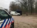 De politie begeleidt de actie.