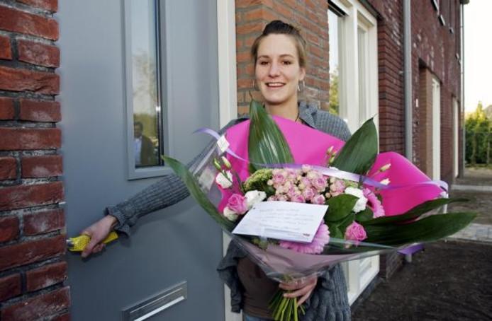 Anne Godschalk (24) uit Made staat vol trots bij haar nieuwe voordeur aan de Akkermunt in Made. Samen met vijf andere gelukkigen kreeg zij gisteren de sleutel voor haar huurwoning in de nieuwe wijk Prinsenpolder. foto Johan Wouters/het fotoburo