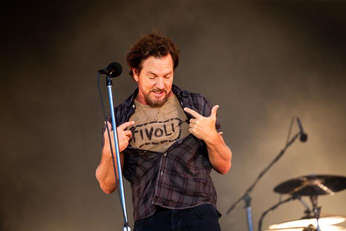 Eddie Vedder van Pearl Jam  draagt tijdens zijn derde optreden op Pink Pop weer en T-shirt met daarop Tivoli.
