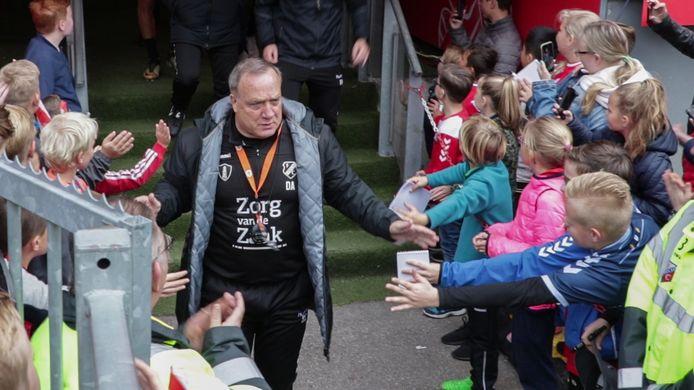 Trainer Advocaat begroet zijn fans.