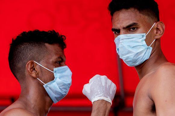 Mario Mairena (l) en Gabriel Escalante (r) maken zich op voor een gevecht.