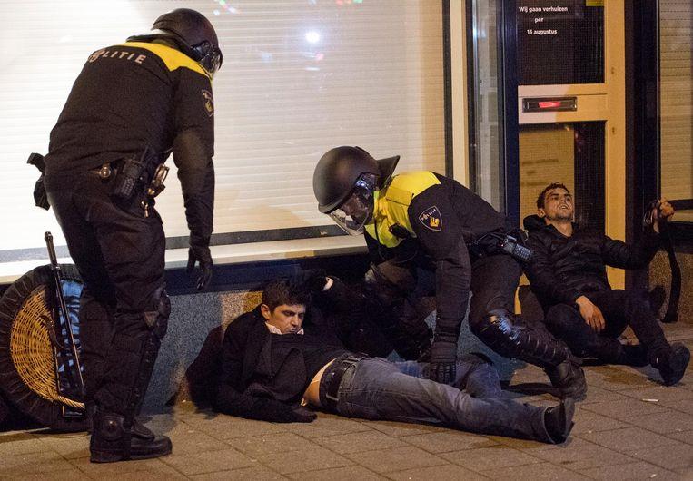 Turkse demonstranten zijn zaterdagavond gewond geraakt nadat ze slaags raakten met de mobiele eenheid die een grote demonstratie bij het Turkse consulaat aan de Westblaak in Rotterdam beëindigde. Beeld ANP